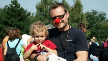 Muž s červeným nosem
